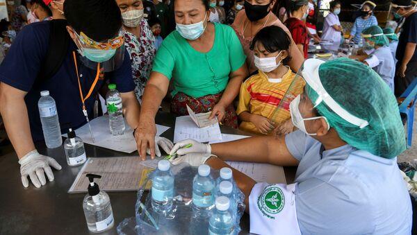 Công nhân đang được kiểm tra về coronavirus ở Thái Lan. - Sputnik Việt Nam