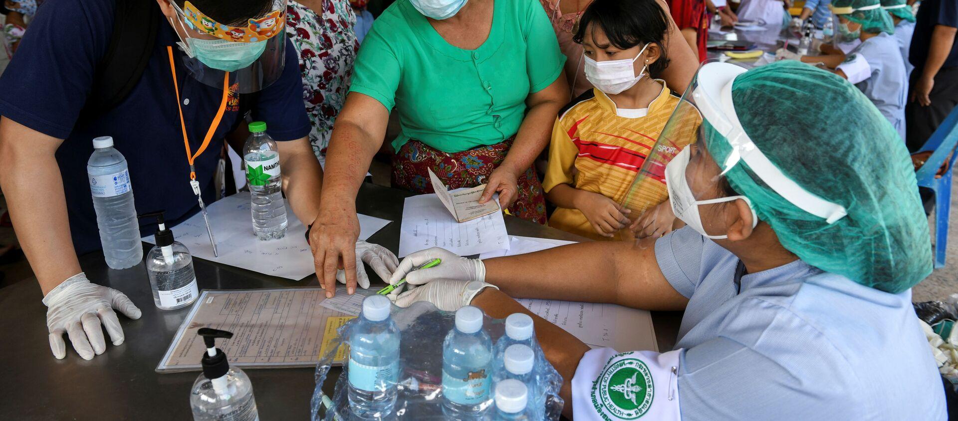 Công nhân đang được kiểm tra về coronavirus ở Thái Lan. - Sputnik Việt Nam, 1920, 30.12.2020