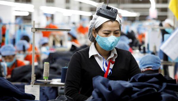 Nữ công nhân ở nhà máy Hùng Việt, Việt Nam. - Sputnik Việt Nam