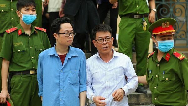 Bị cáo Lâm Hoàng Tùng (áo xanh), bị cáo Nguyễn Hải Nam (áo trắng) sau phiên tòa ngày 30/12/2020. - Sputnik Việt Nam