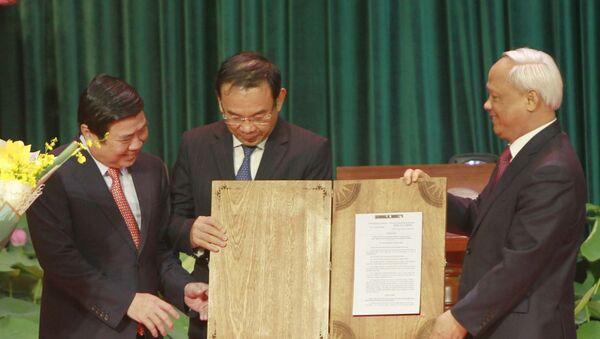 Ông Uông Chu Lưu, Phó Chủ tịch Quốc trao Nghị quyết của Ủy ban Thường vụ Quốc hội về việc sắp xếp các đơn vị hành chính và thành lập thành phố Thủ Đức trực thuộc Thành phồ Hồ Chí Minh tại lễ công bố.  - Sputnik Việt Nam