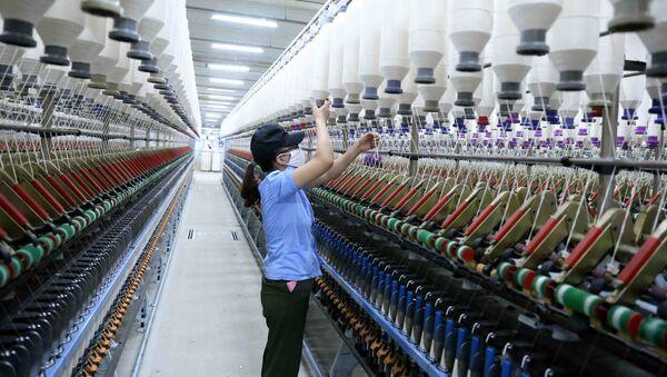 Công ty Cổ phần VinaTex Hồng Lĩnh tại cụm công nghiệp Hồng Lĩnh (Hà Tĩnh) sản xuất và tiêu thụ trên 3.500 tấn sản phẩm sợi tại thị trường trong nước và xuất khẩu.  - Sputnik Việt Nam