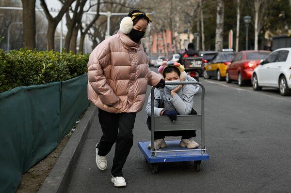 Cô gái kéo xe đẩy với bạn ở Bắc Kinh - Sputnik Việt Nam