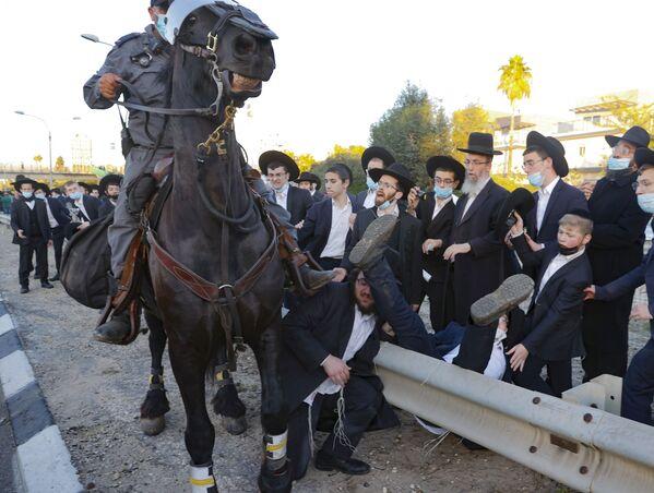 Cảnh sát cưỡi ngựa trong lúc có biểu tình ở Israel - Sputnik Việt Nam