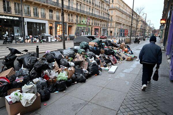 Khách bộ hành đi ngang qua đống rác trên đường phố Marseille - Sputnik Việt Nam