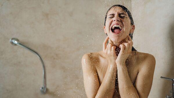 Cô gái tắm nước lạnh. - Sputnik Việt Nam