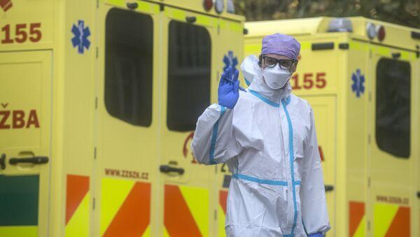 Một nhân viên y tế trong quá trình đưa bệnh nhân Covid-19 đến bệnh viện lớn nhất của Séc ở quận Motol của Praha - Sputnik Việt Nam