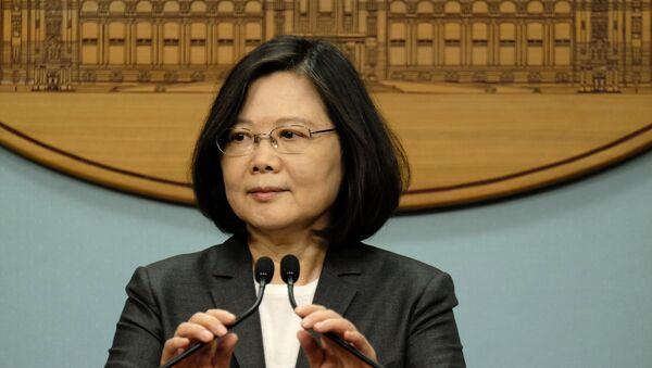 Tờ Bưu điện Hoa nam Buổi sáng nhận định rằng người dân Đài Loan đang lo lắng rằng số phận của đảo Đài Loan có thể trở thành một con bài mặc cả cho hai cường quốc thế giới thân thiết với nhau về các vấn đề khác. Giới quan sát bình luận về phát biểu của nhà lãnh đạo Đài Loan Tsai Ing-wen. Bà đã ủy quyền cho các cơ quan chính phủ đánh giá các xu hướng tương lai của tam giác Washington-Bắc Kinh-Đài Bắc. - Sputnik Việt Nam