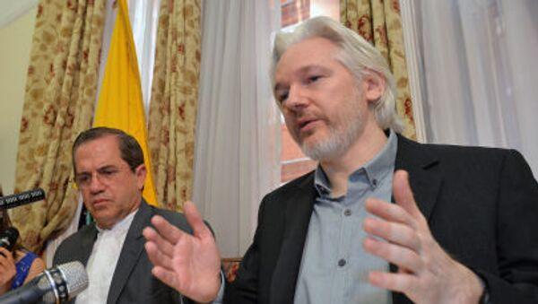 Người sáng lập WikiLeaks, Julian Assange trong cuộc họp báo tại Đại sứ quán Ecuador ở London. - Sputnik Việt Nam