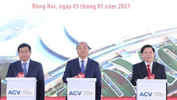 Thủ tướng Nguyễn Xuân Phúc và các đại biểu thực hiện nghi thức khởi công. - Sputnik Việt Nam
