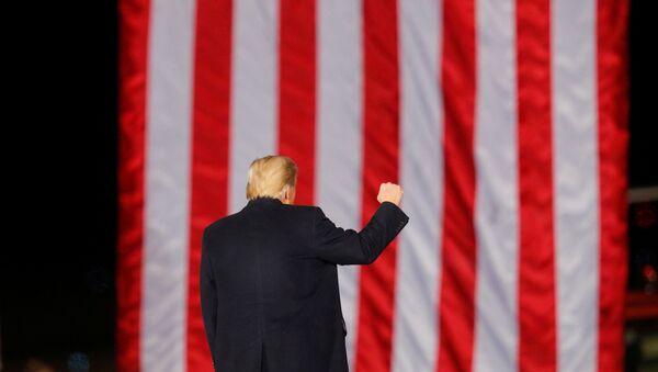 Tổng thống Hoa Kỳ Donald Trump cử chỉ trước một lá cờ Hoa Kỳ trong khi vận động cho Thượng nghị sĩ Đảng Cộng hòa Kelly Loeffler trước cuộc bầu cử sắp diễn ra để quyết định cả hai ghế Thượng viện Georgia, ở Dalton, Georgia, Hoa Kỳ, ngày 4 tháng 1 năm 2021. - Sputnik Việt Nam