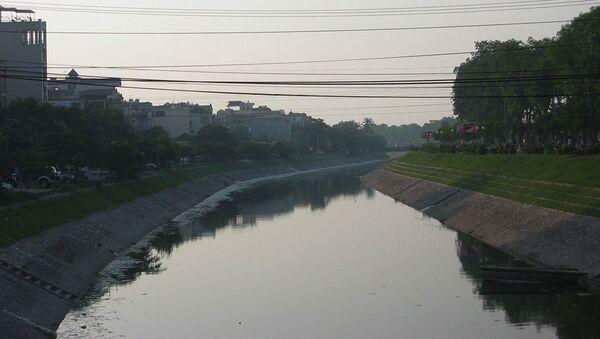 Sông Tô Lịch, đoạn chảy qua quận Cầu Giấy, Hà Nội. - Sputnik Việt Nam