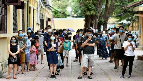 Những người xếp hàng để kiểm tra coronavirus - Sputnik Việt Nam