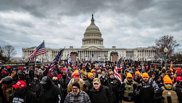 WASHINGTON, DC - 06/01: Những người biểu tình ủng hộ Trump tập trung trước Tòa nhà Quốc hội Hoa Kỳ vào ngày 6 tháng 1 năm 2021 tại Washington, DC. Một đám đông ủng hộ Trump đã xông vào Điện Capitol, phá cửa sổ và đụng độ với các sĩ quan cảnh sát. - Sputnik Việt Nam