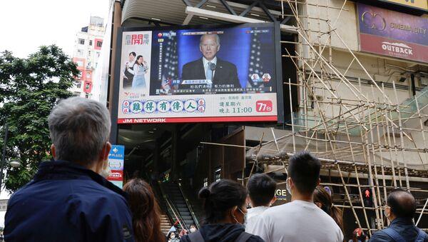 Ảnh Joe Biden trên màn hình ở Hồng Kông. - Sputnik Việt Nam