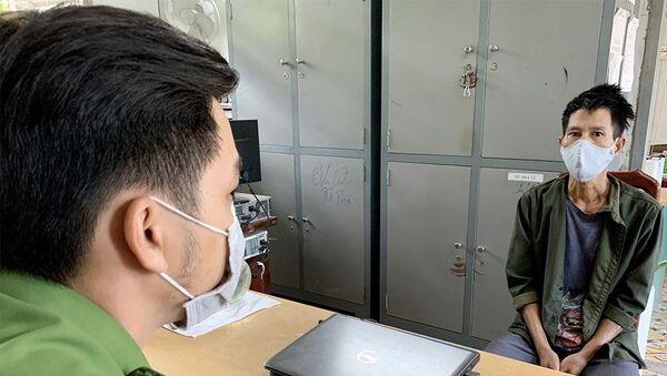 Đối tượng Trần Thanh Kiệt tại cơ quan điều tra. - Sputnik Việt Nam