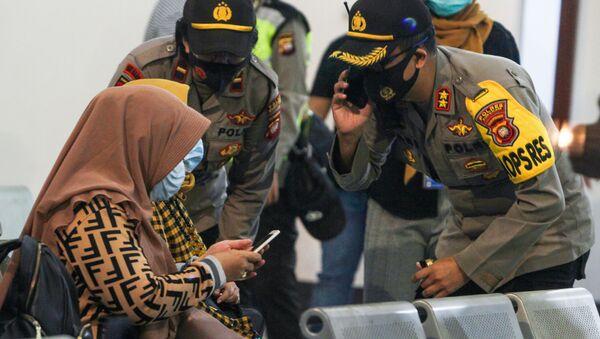 Thân nhân của các hành khách trên chiếc Sriwijaya Air SJY182 mất tích đang chờ tin tức tại sân bay Supadio ở Pontianak, Indonesia - Sputnik Việt Nam