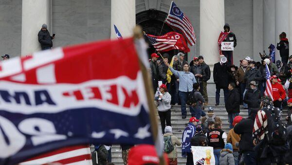 Người biểu tình ủng hộ đương kim Tổng thống Mỹ Donald Trump trước tòa nhà Quốc hội ở Washington - Sputnik Việt Nam