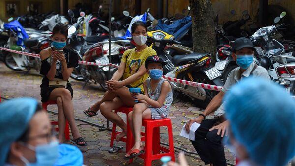 Những người chờ xét nghiệm coronavirus ở Hà Nội, Việt Nam - Sputnik Việt Nam