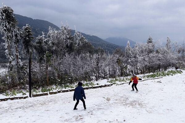 Trẻ em chơi bóng sau khi tuyết rơi ở Việt Nam - Sputnik Việt Nam