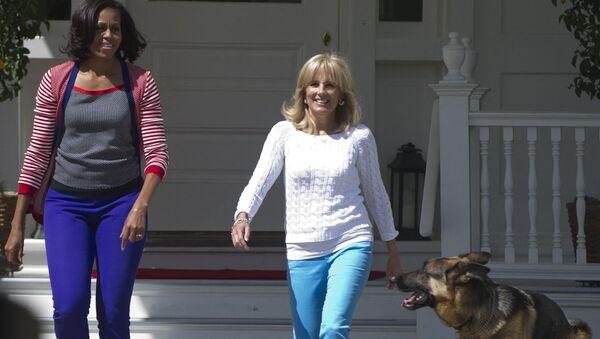 Đệ nhất phu nhân Hoa Kỳ Michelle Obama và vợ của Phó Tổng thống Hoa Kỳ Joe Biden, Jill với chú chó Champ, 2012 - Sputnik Việt Nam