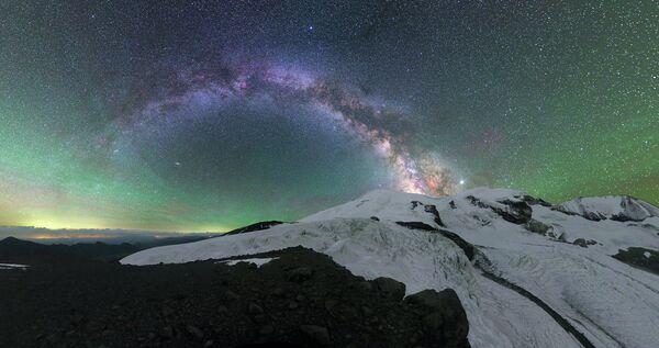 Mikhail Reva. Bầu không khí rực rỡ trên núi Elbrus. Cộng hòa Kabardino-Balkar. Năm 2020 - Sputnik Việt Nam