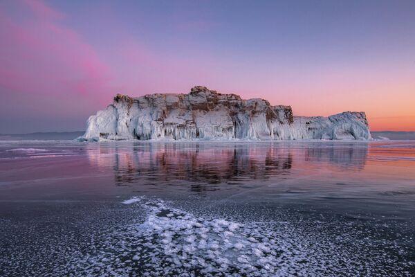 Dmitry Arkhipov. Mặt băng màu hồng trên hồ Baikal. Tỉnh Irkutsk. Năm 2020 - Sputnik Việt Nam