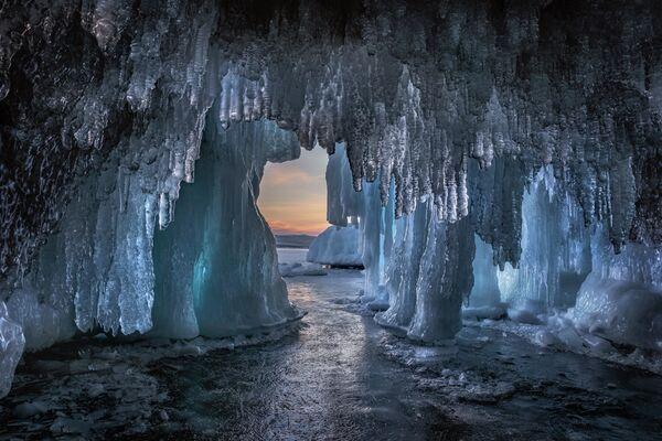 Dmitry Arkhipov. Động băng hồ Baikal. Tỉnh Irkutsk. Năm 2020 - Sputnik Việt Nam