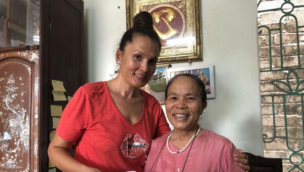 Nghệ nhân Phạm Thị Thuận và du khách nước ngoài tới thăm xưởng dệt. - Sputnik Việt Nam
