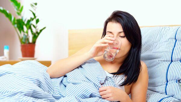 Cô gái uống nước - Sputnik Việt Nam