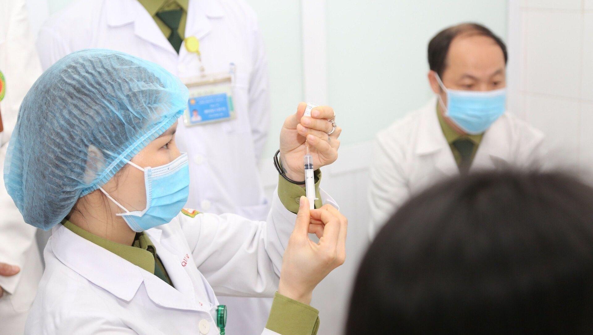 Bác sĩ chuẩn bị tiêm mũi vaccine ngừa COVID-19 Nano Covax nhóm liều 50mcg cho tình nguyện viên. - Sputnik Việt Nam, 1920, 25.02.2021