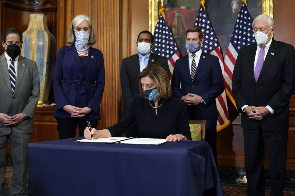 Chủ tịch Hạ viện Nancy Pelosi trong buổi ký thỏa thuận luận tội Tổng thống Mỹ Donald Trump