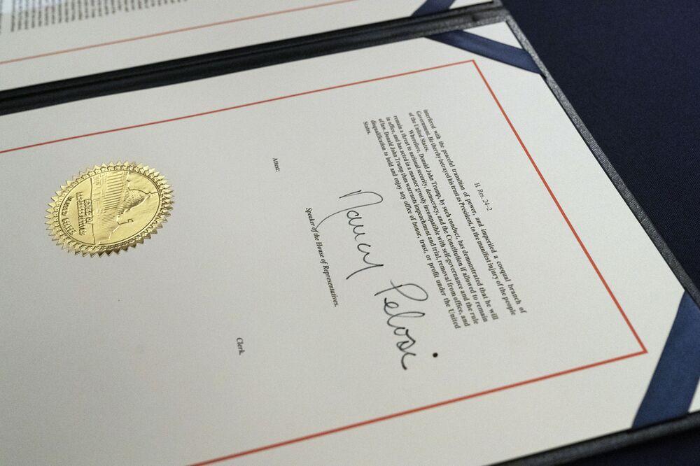 Chữ ký của Chủ tịch Hạ viện Nancy Pelosi về thỏa thuận luận tội Tổng thống Mỹ Donald Trump