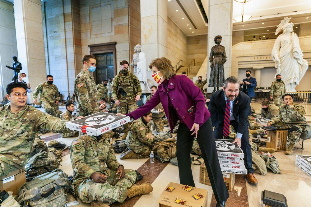 Dân biểu Vicky Hartzler và Nghị sĩ Michael Waltz chuyển bánh pizza cho các thành viên của Lực lượng Vệ binh Quốc gia