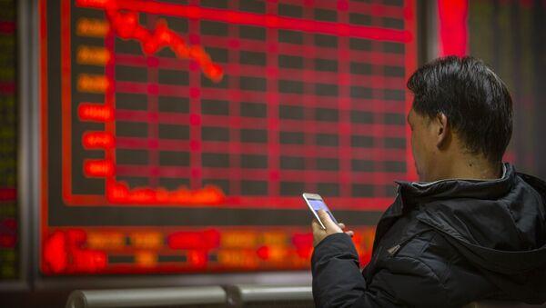 Người đàn ông theo dõi giá cổ phiếu tại một công ty môi giới ở Bắc Kinh - Sputnik Việt Nam