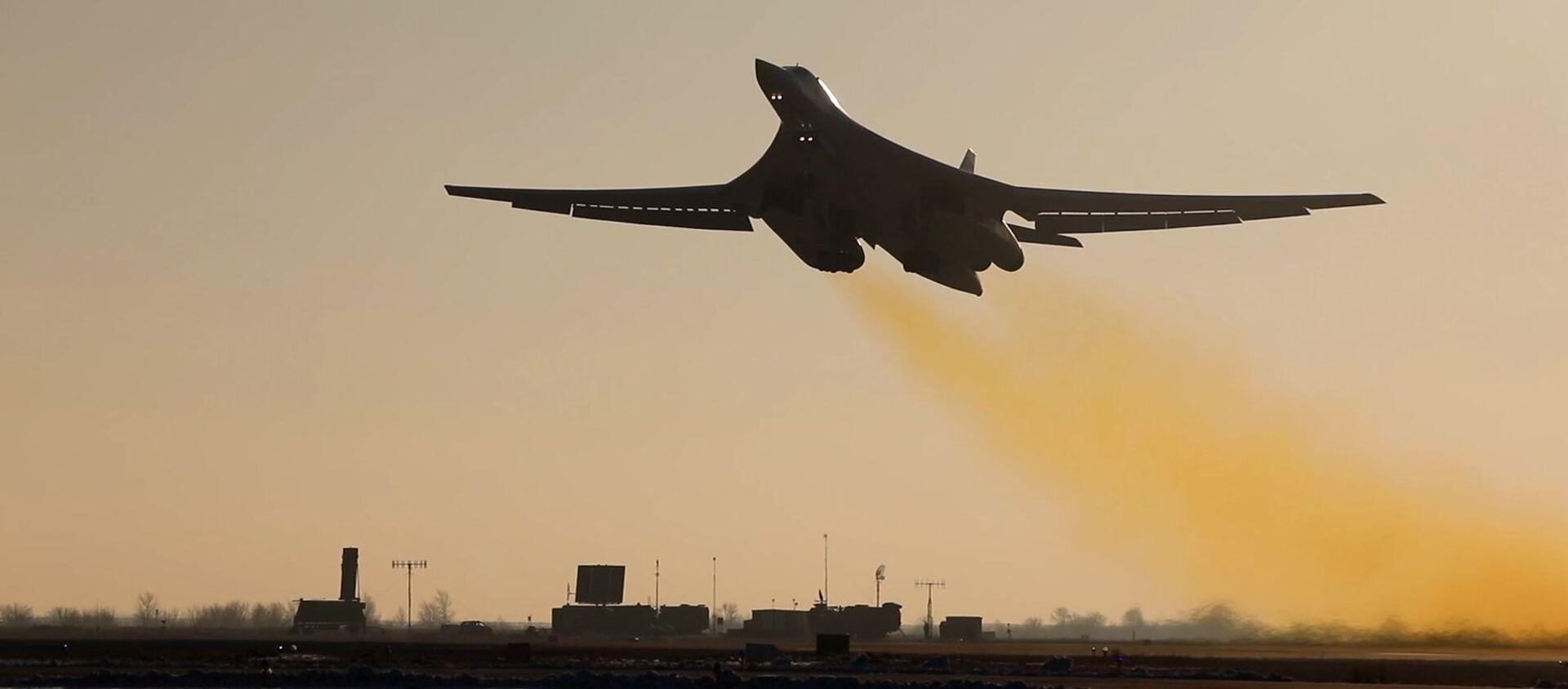 Chuyến bay huấn luyện chiến đấu của máy bay tên lửa chiến lược Tu-160 từ sân bay Engels-2. - Sputnik Việt Nam, 1920, 20.04.2021