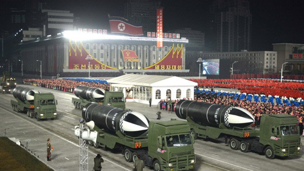 Loại tên lửa đạn đạo mới phóng từ tàu ngầm, dự kiến có tên là Pukguksong-5 được trình diễn tại cuộc duyệt binh ngày 14/1/2021 ở Bình Nhưỡng, CHDCND Triều Tiên - Sputnik Việt Nam