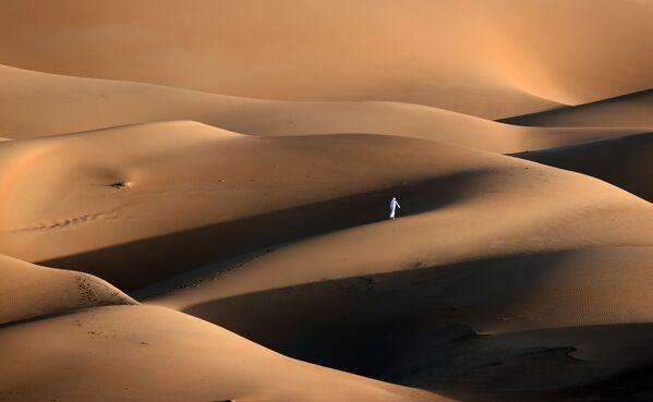 Người đàn ông trong cồn cát ở sa mạc Liwa, UAE - Sputnik Việt Nam