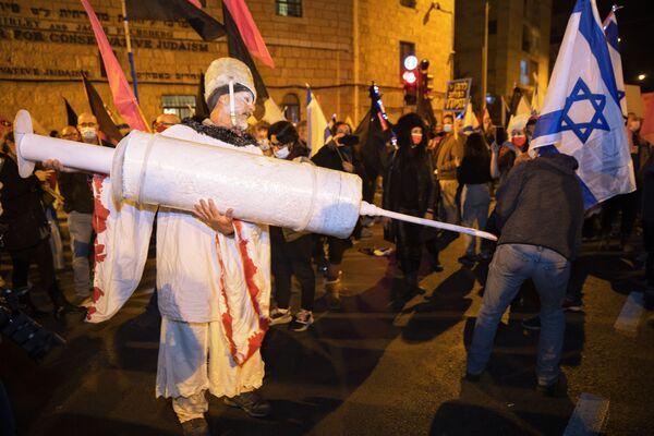 Người đàn ông Israel với ống tiêm khổng lồ trong cuộc biểu tình ở Jerusalem - Sputnik Việt Nam