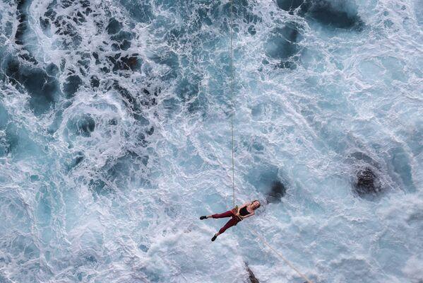 Cô gái leo dây trên đại dương - Sputnik Việt Nam