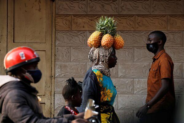Người phụ nữ đội dứa trên đầu ở Kampala, Uganda - Sputnik Việt Nam