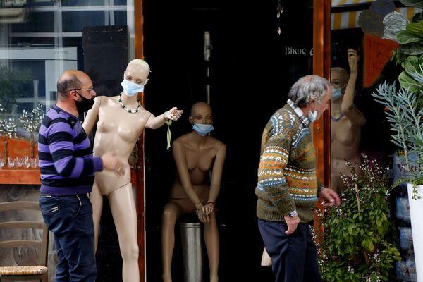Người chủ mang ma-nơ-canh khỏa thân đeo khẩu trang vào cửa hàng của mình ở trung tâm Nicosia, Síp - Sputnik Việt Nam