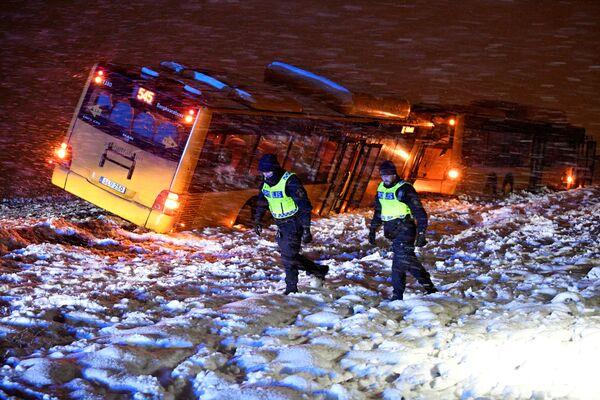 Cảnh sát tại hiện trường vụ tai nạn hai xe buýt do tuyết rơi dày, Thụy Điển - Sputnik Việt Nam