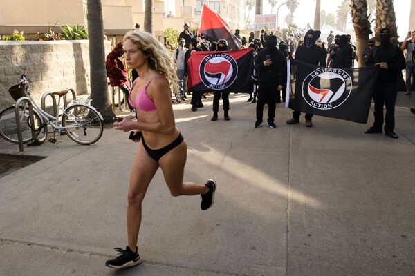 Cô gái chạy qua những người biểu tình ở Mỹ - Sputnik Việt Nam