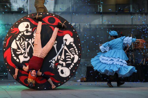 Các vũ công nhà hát La Patogallina và Ciclicus biểu diễn Fuego Rojo tại Liên hoan Sân khấu Quốc tế Santiago a Mil ở Santiago, Chile - Sputnik Việt Nam