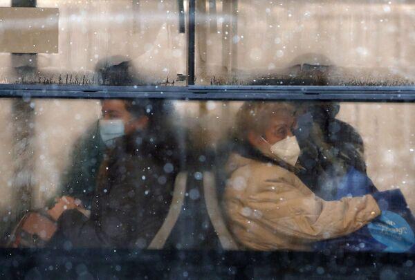 Những người đeo khẩu trang trên xe buýt ở Belgrade, Serbia - Sputnik Việt Nam