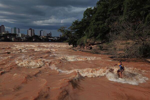 Lướt sóng trên sông trong mùa mưa ở Brazil - Sputnik Việt Nam