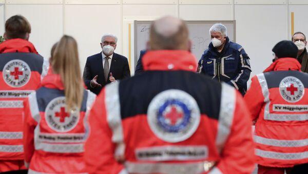 Tổng thống Đức Frank-Walter Steinmeier và Thị trưởng Berlin Michael Müller nói chuyện với các nhân viên y tế ở Berlin. - Sputnik Việt Nam