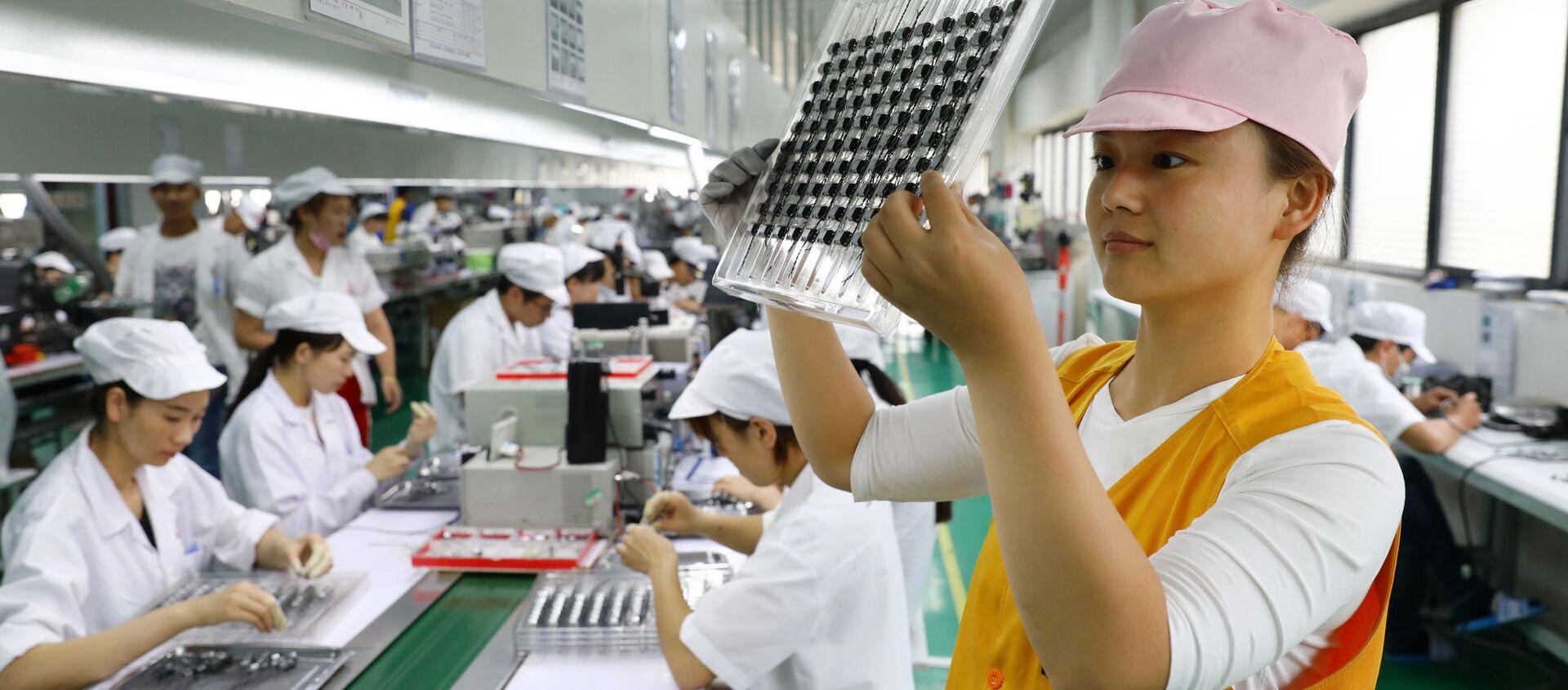 Công nhân tại nhà máy sản xuất động cơ siêu thanh của Trung Quốc ở Hoài Bắc. - Sputnik Việt Nam, 1920, 17.01.2021