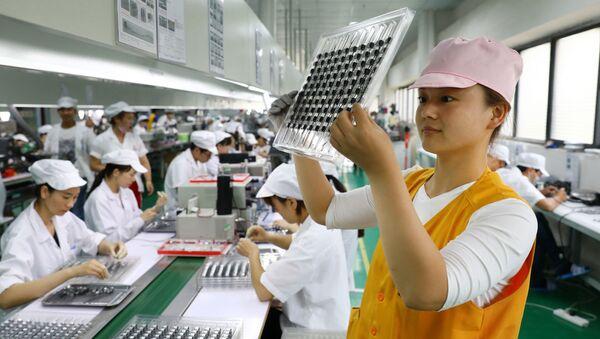 Công nhân tại nhà máy sản xuất động cơ siêu thanh của Trung Quốc ở Hoài Bắc. - Sputnik Việt Nam